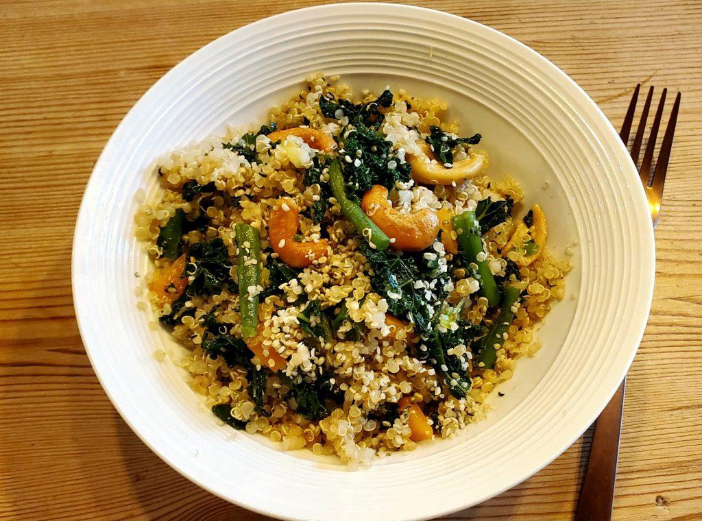 Quinoa aux légumes verts et noix de cajou grillées